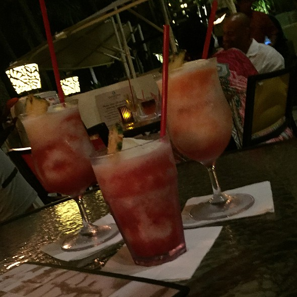 Tropical Beach Drinks @ Duke's Restaurant & Barefoot Bar