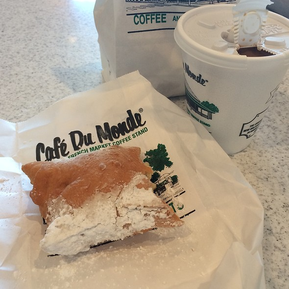 Begniet and Cafe Au Lait @ Cafe Du Monde Coffee Stand: French Market