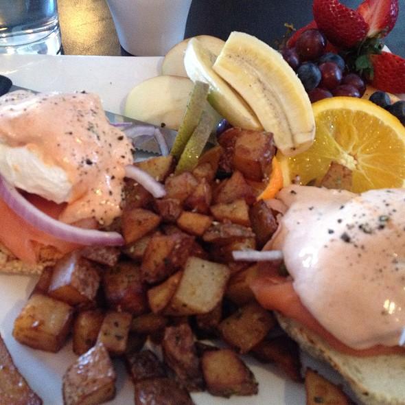 Eggs Benedictine @ Orange Et Pamplemousse