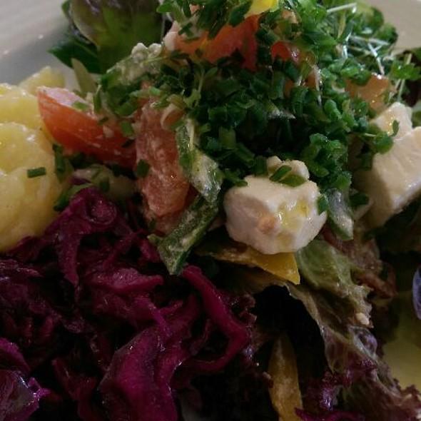 Gesunder Salat vom Buffet