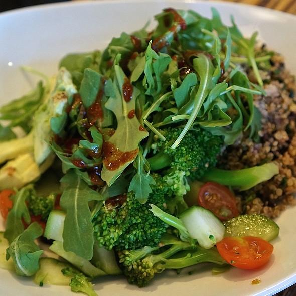 Lyfe Kitchen Quinoa Crunch Bowl Quinoa Tabbouleh Fresh Broccoli Cucumber Tomato Arugula