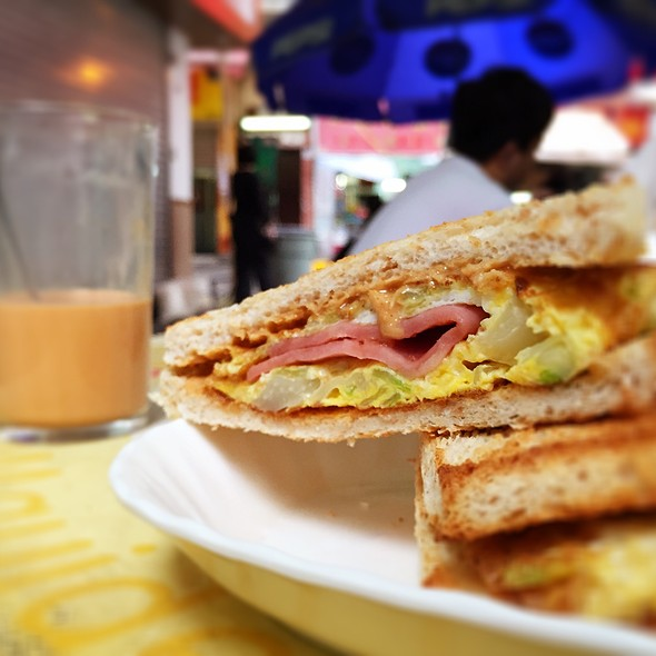 Ham And Scrambled Eggs Sandwich With Peanut Butter @ 裕與