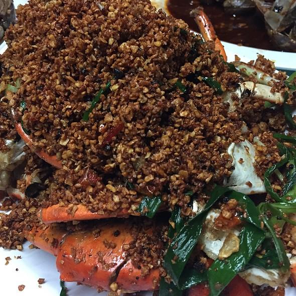 Crab With Fried Garlic @ Causeway Bay Typhoon Shelter Landing No. 7
