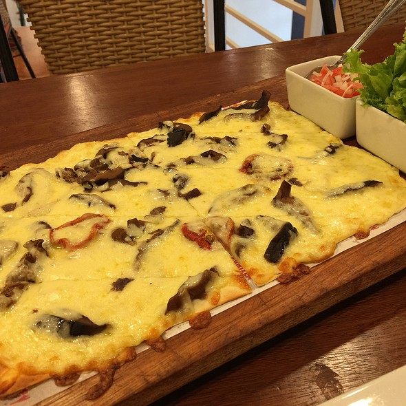 Uncle Cheffy's panizza @ Uncle Cheffy, Promenade Greenhills