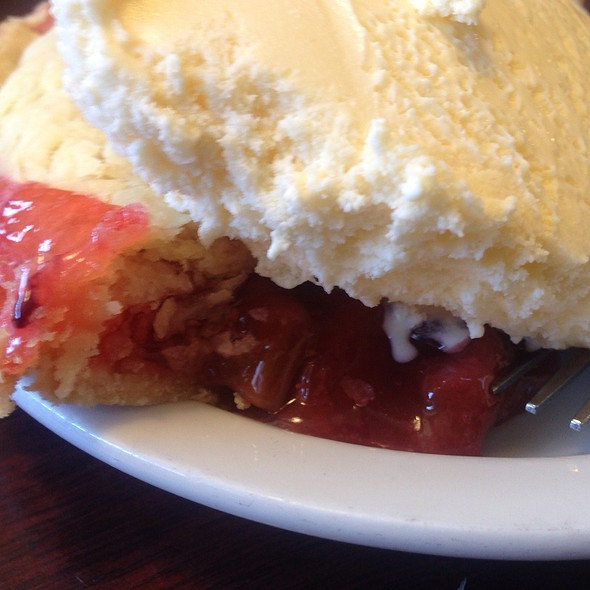 Rhubarb Pie A La Mode