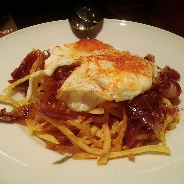 Huevos Estrellados con Jamón Ibérico y Patatas Paja