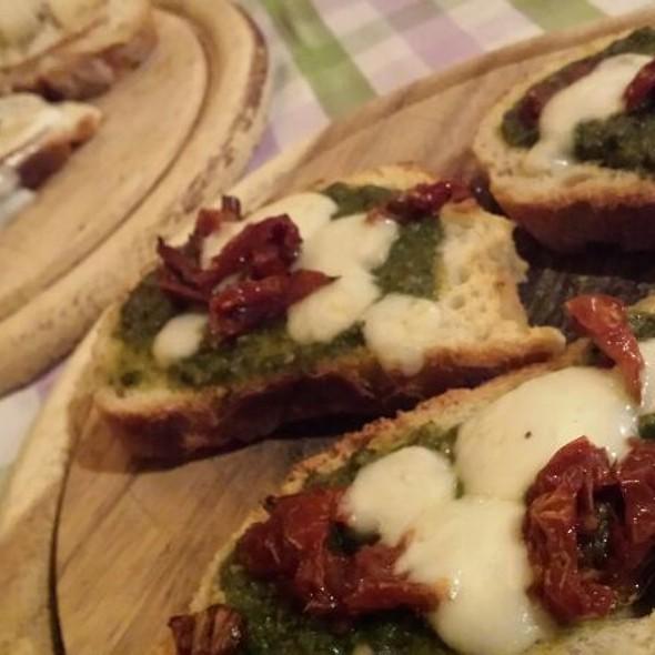 Bruschetta al Pesto,Mozzarella e Pomodorini Secchi  @ Osteria della Luna