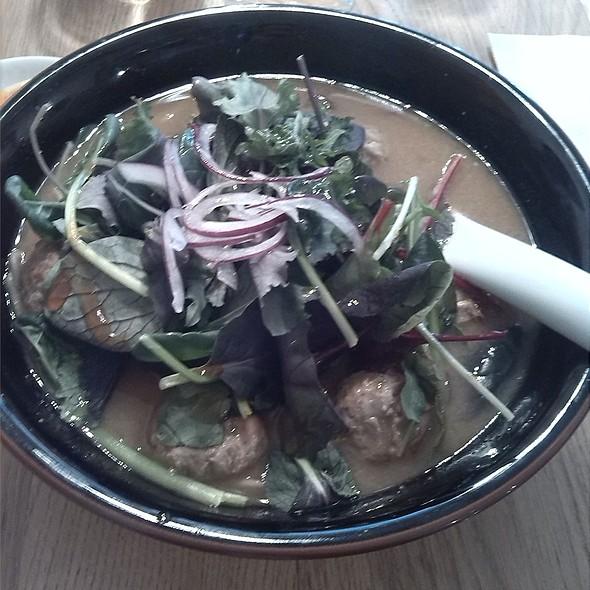Ramen sette ortaggi a foglia giapponesi e polpette di carne: Polpette di carne di manzo e maiale, uovo morbido, sette insalate orientali, cipollato rosso, pasta fresca e brodo di carne @ Zazà Ramen noodle bar