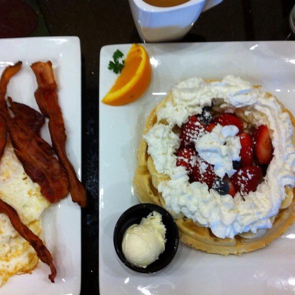 Florifa Waffle, Eggs & Bacon