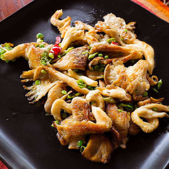 Fried oyster mushrooms with peas and loroco