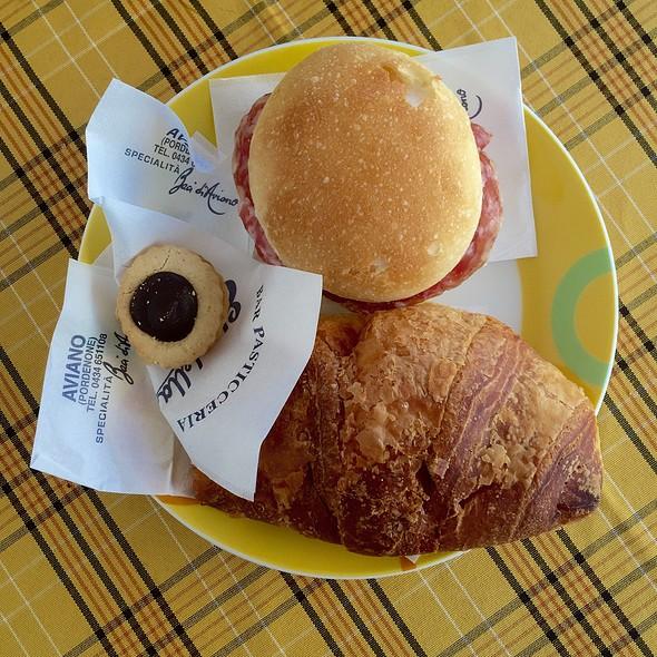Panino Con Salame, Brioche Con Marmellata Di Albicoca E Baci Di Aviano @ Bar Pasticceria Stradella