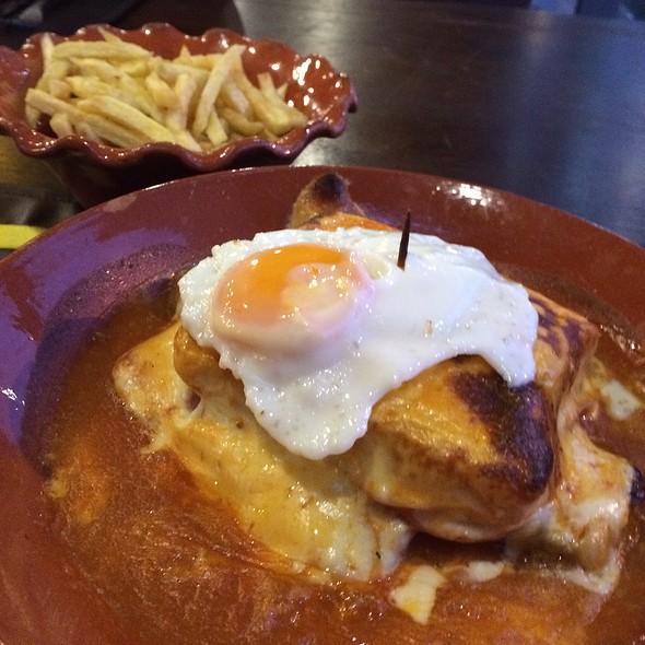 Francesinha @ Tappas Cafe Matosinhos