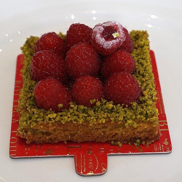 Raspberry pistachio sable cake