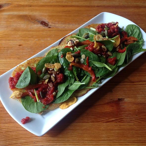Vegane Kartoffelpuffer Mit Feldsalt Und Nüssen @ Cafe Raja Jooseppi