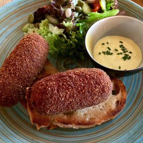 Kroketten van pata negra op toast en piccalilly-mayonaise