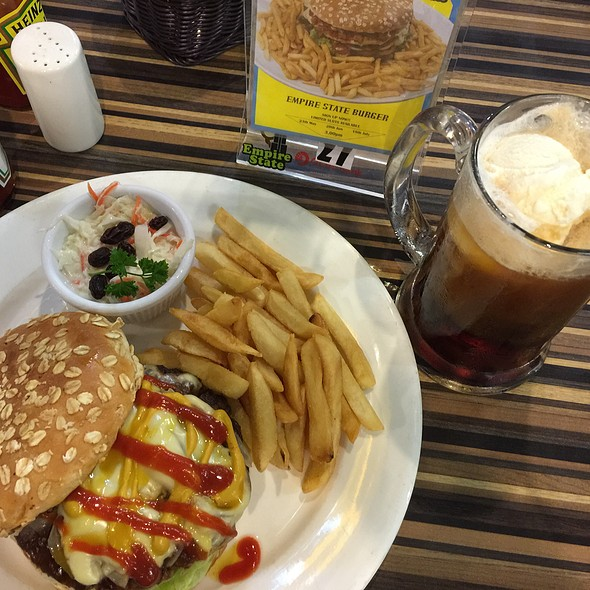 House Burger  + Rootbeer Float @ Empire State @ Causeway Point