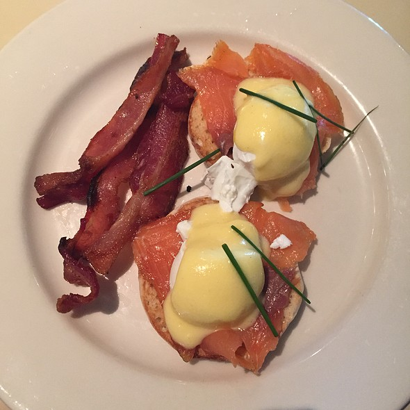 Eggs benedict with bacon and hollandaise