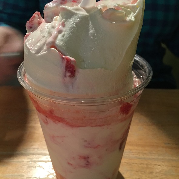 strawberry sundae @ Scooter's Frozen Custard