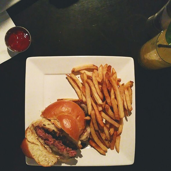 Burger @ Avenue Eat & Drink
