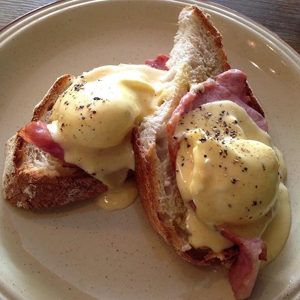 Eggs Benedict @ Mange Tout
