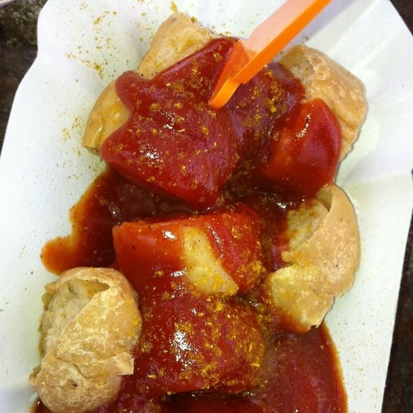 Currywurst mit Pommes @ Konnopke's Imbiß
