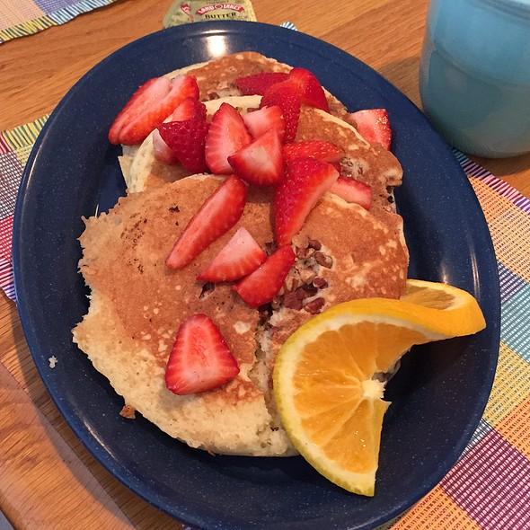 Strawberry Pecan Pancakes @ Yummies Bistro