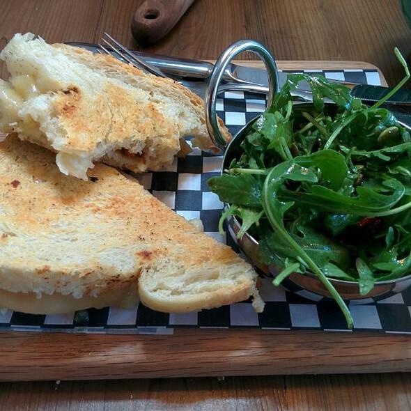 L'île-aux-pommes Grilled Cheese @ Saint-Laurent Café Boutique