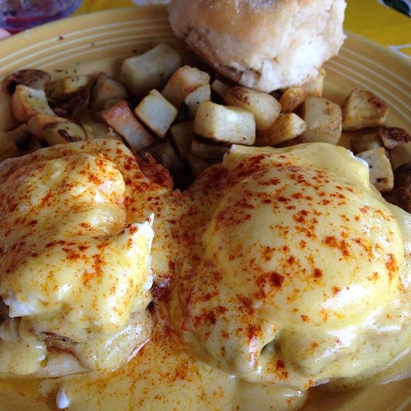 crab cakes eggs benedict