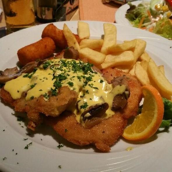Champingnonsahneschnitzel mit Fritten und Salat @ Brauhaus Alt Düren