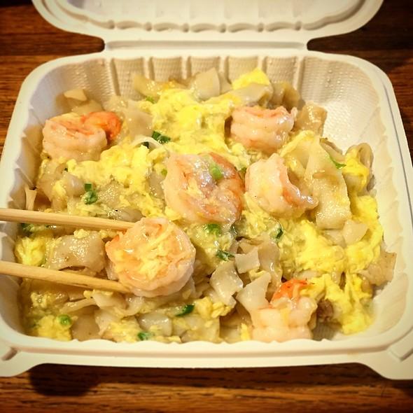 Prawns with Scrambled Egg Chow Fun @ S & E Cafe