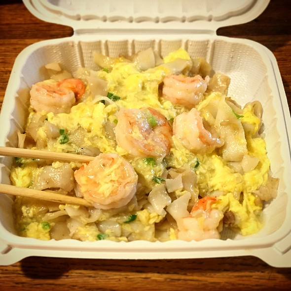 Prawns with Scrambled Egg Chow Fun @ S & E Cafe