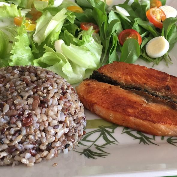 Salad, Salmon And Quinua Salad @ Edifício Stanford