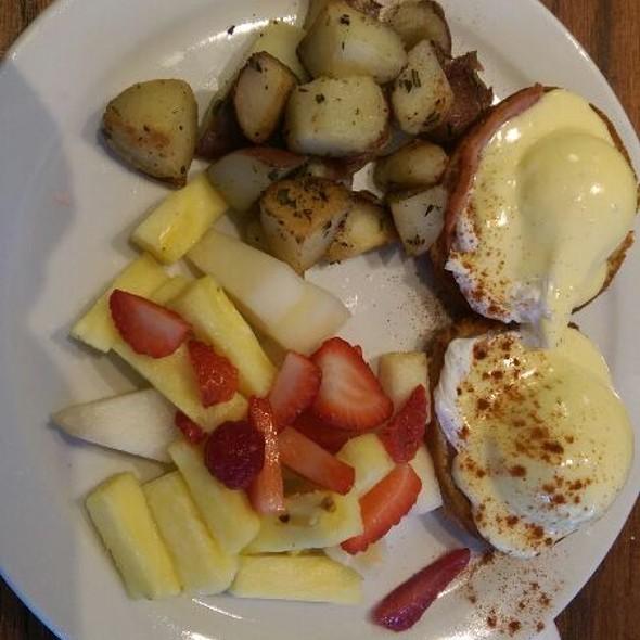 Eggs Benedict @ Brioche Bakery & Cafe