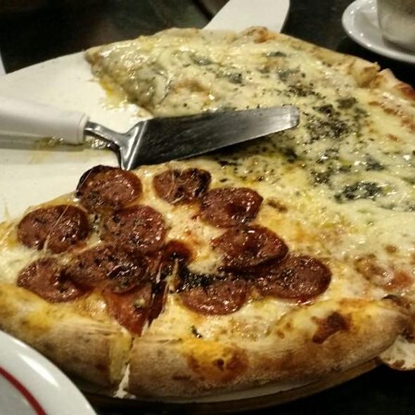 Pizza De Pepperoni E Três Queijos @ Plim Pizza