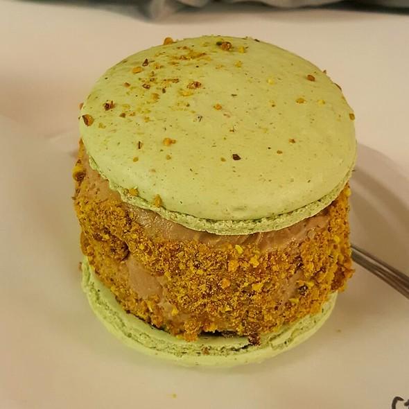 Pistachio Macaron w/ Coffee Ice Cream