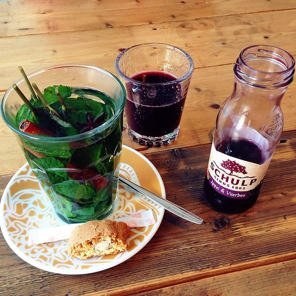 Fresh Mint Tea With Cinnamon And Anise & Apple Elderberry Juice @ Zoet En Zout