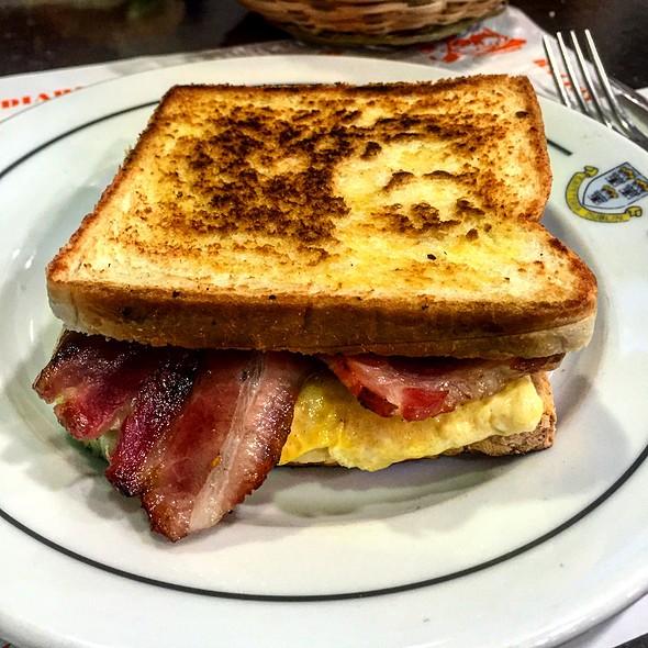 Sandwich De Omelet Y Tocineta @ Cafeteria Dublin