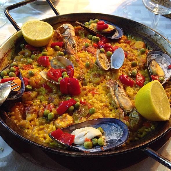 Paella De Pescados Y Mariscos @ Modesto Restaurante
