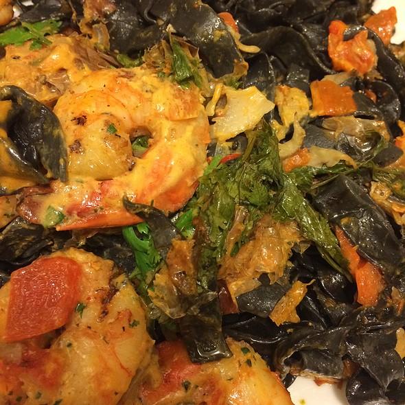 Garlic Shrimp With Black Fettuccini