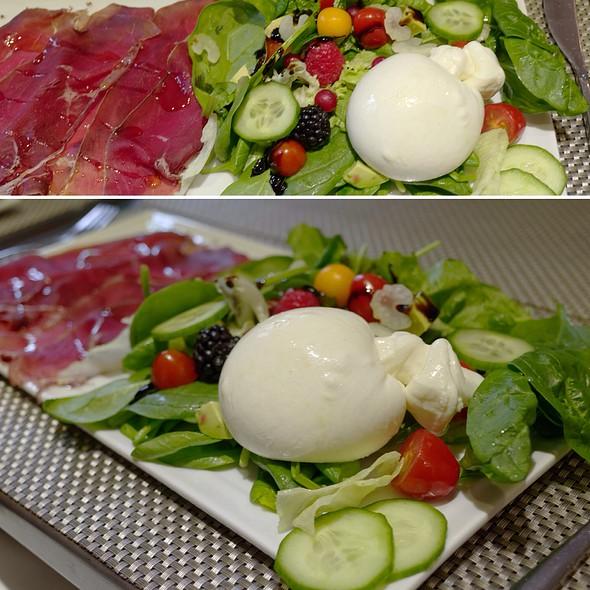 Burrata And Ham Salad