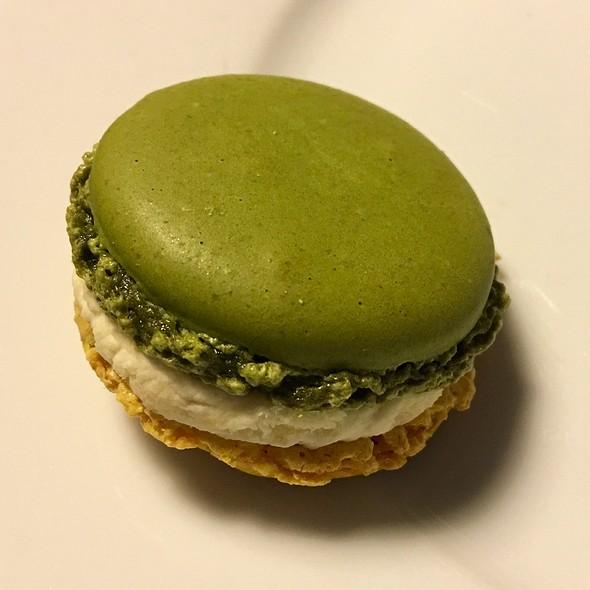 Citron Et Caviar Macaron @ Pierre Herme Le Marais