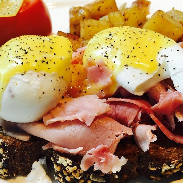 Eggs Bennedict @ TGI Fridays
