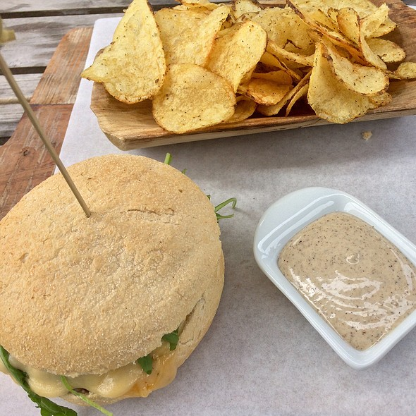 DenK burger: bacon, kaas, gebakken ui, aardappelchips en BBQ-saus @ Landgoed Duin & Kruidberg / Brasserie DenK