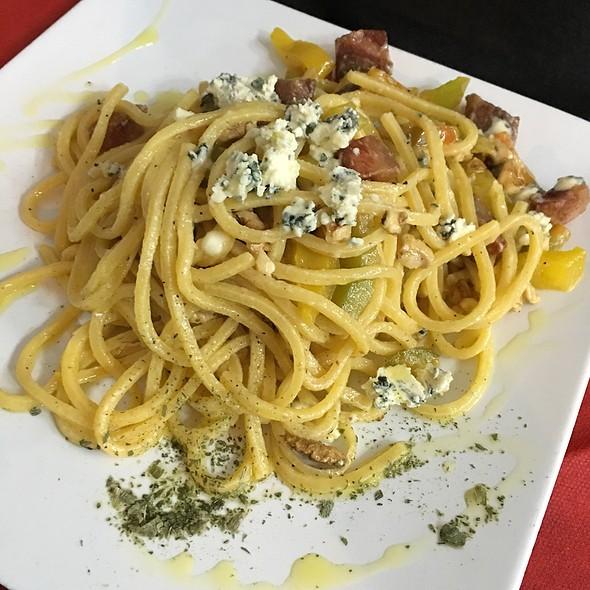Tonnarelli Con Zola, Noci, Peperoni E Pancetta @ Sinfraso