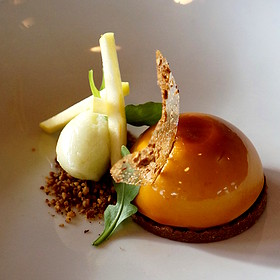 Taffy apple bombe, caramel crémeux, apple butter, pecan feuilletine, granny smith sorbet, sugar tuile
