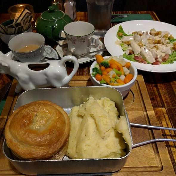 Steak & Stilton Pie, Mash And Peas