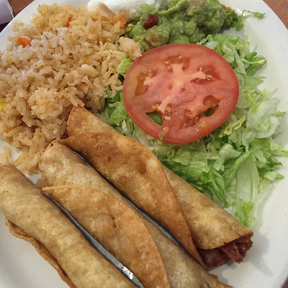 Flautas De Pollo With Spanish Rice And Guacamole