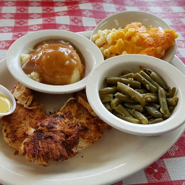 Cajun Grilled Chicken, Mashed Potatoes And Gravy, String Beans With Mac & Cheese