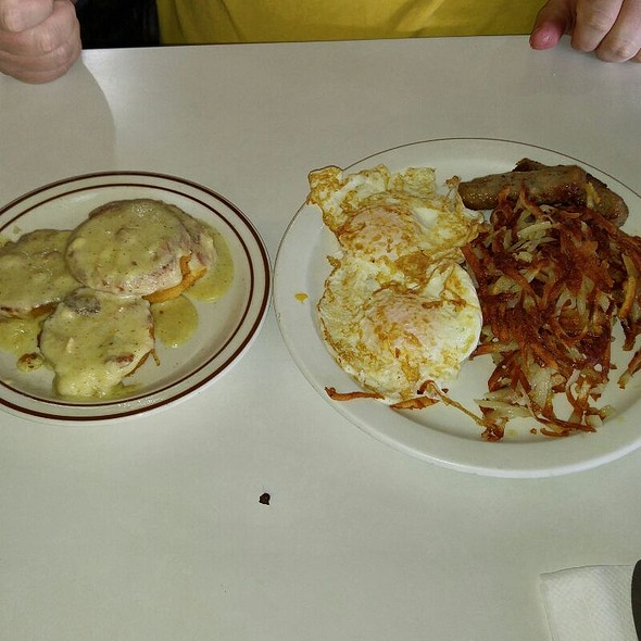 Biscuits & Gravy With 2eggs, Bacon Or Sausage And Hash Browns