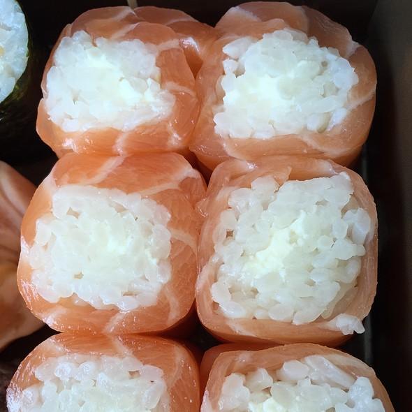 Salmon Roll Maki Rolls